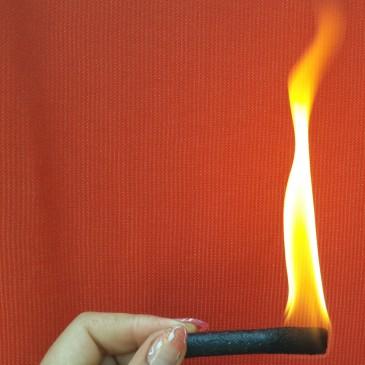 Разжечь костер газетой можно но лучше применяйте розжиг   Ignite the fire of newspaper but you can use a better ignition